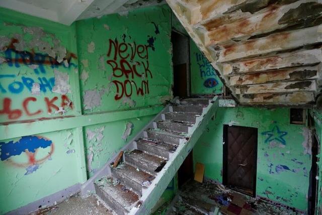 Phần cầu thang và nội thất cũ kỹ trong một căn hộ trong diện bị phá hủy (Ảnh: Reuters)