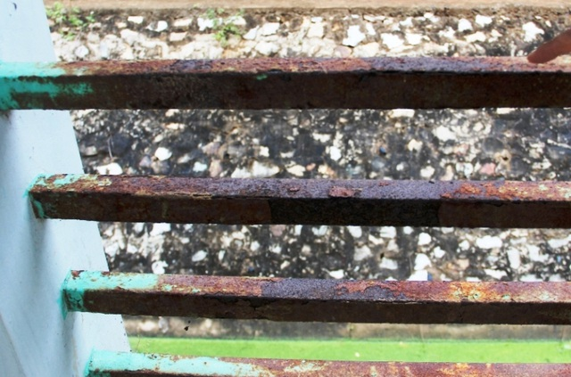 Những thanh sắt lan can khu ký túc xá bị rỉ sét