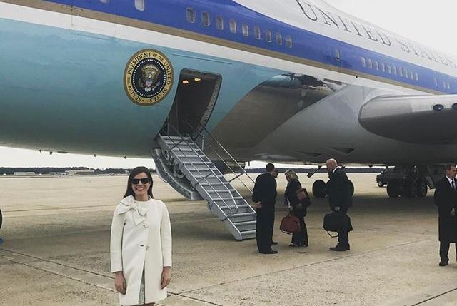 Cô Westerhout chụp ảnh bên cạnh chuyên cơ Tổng thống Air Force One. (Ảnh: Instagram)