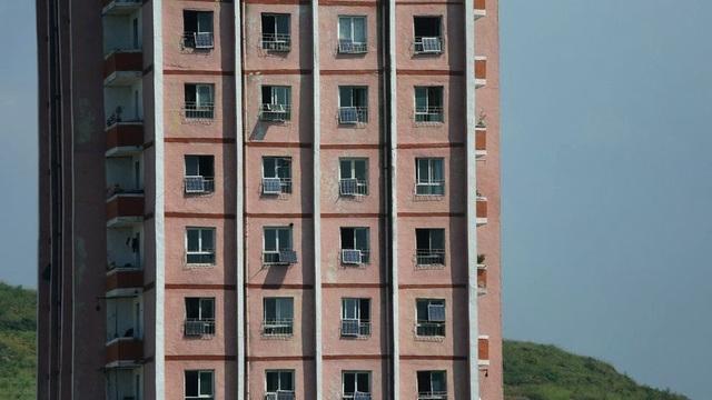 Trong khi cuộc sống vẫn tiếp diễn như bình thường, có những dấu hiệu cho thấy lệnh trừng phạt dường như đã ảnh hưởng phần nào tới người Triều Tiên. Một số trạm xăng đã bị đóng cửa và tình trạng thiếu điện dẫn đến việc người dân nơi đây lắp đặt các tấm pin mặt trời nhỏ bên ngoài cửa sổ căn hộ.