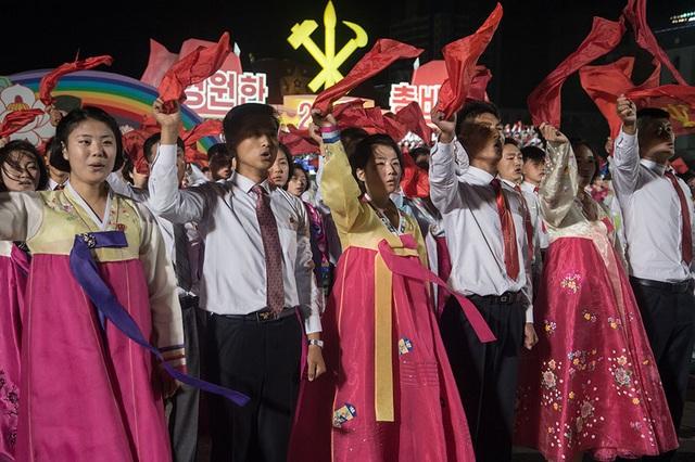 Buổi lễ kỉ niệm diễn ra trong bối cảnh căng thẳng leo thang tại khu vực bán đảo Triều Tiên khi Mỹ và đồng minh đang dự đoán Bình Nhưỡng có thể đang âm thầm chuẩn bị để phóng tên lửa nhằm kỉ niệm 72 năm ngày thành lập đảng Lao động Triều Tiên. (Ảnh: AFP)