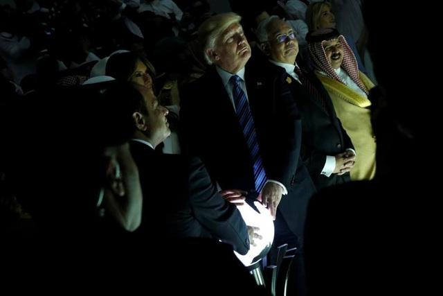 Ông Trump cùng phu nhân trong chuyến công du Ả-rập Xê-út ngày 21/5/2017. Trong chuyến thăm này, 2 bên đã đạt được thỏa thuận Washington cung cấp hợp đồng vũ khí hơn 100 tỷ USD cho Riyadh. (Ảnh: Reuters)