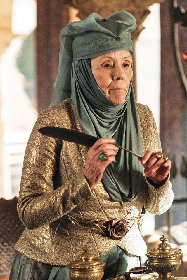 Nữ diễn viên người Anh Diana Rigg (79 tuổi) đã đảm nhận vai diễn rất đạt.