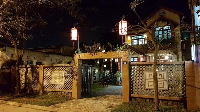 Một nhà dân tại TP Huế trang trí đèn sáng vào ban đêm dịp cuối tuần
