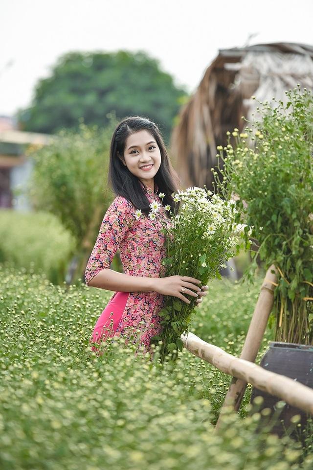 Cũng nhờ vậy mà những vườn trồng cúc họa mi ở ngoại thành Hà Nội thu hút rất nhiều khách ghé thăm.