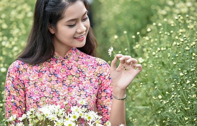 Bộ ảnh miêu tả vẻ đẹp thiếu nữ và loài hoa dân dã, đặc trưng cho mùa đông Hà Nội.