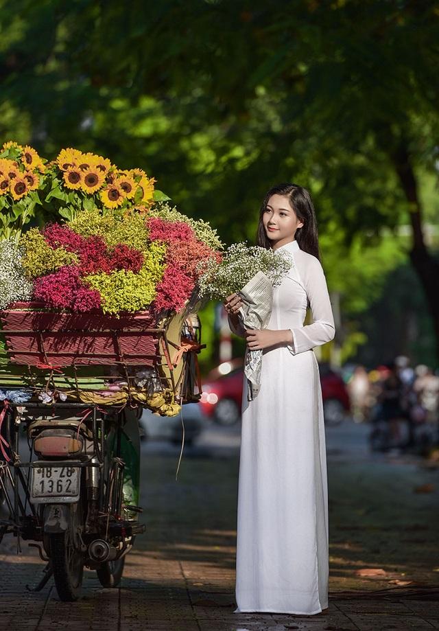 """""""Hot girl bikini"""" đẹp tinh khôi bên loài hoa tháng 10 Hà Nội - 3"""