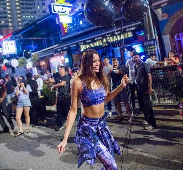 Cô Ivana Esther Robert Smit trong một buổi tối xuống phố hồi tuần trước