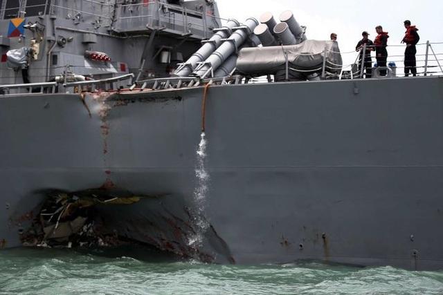 Tàu USS McCain bị đâm móp sau vụ tai nạn (Ảnh: AFP)