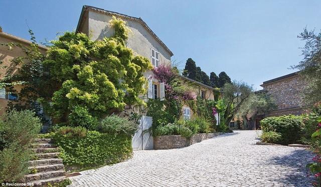 """Căn biệt thự có tên """"Mas de Notre Dame de Vie"""" nằm ở xã Mougins, bên bờ biển Địa Trung Hải thuộc lãnh thổ của Pháp. Đây là nơi danh họa Pablo Picasso đã sống tới những ngày tháng cuối đời."""