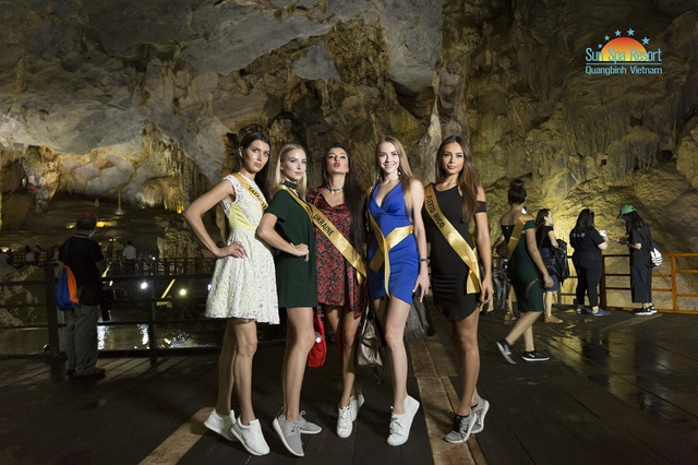 Các người đẹp của cuộc thi Hoa hậu hòa bình thế giới 2017 tạo dáng chụp ảnh trong động Thiên Đường