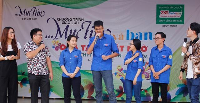 Học sinh giao lưu, gặp gỡ với những ca sĩ, danh hài nổi tiếng và tham gia trò chơi tại buổi trao học bổng vào giao lưu văn hóa văn nghệ.