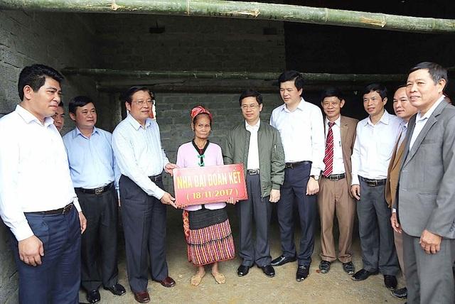 Trưởng Ban Nội chính Trung ương trao nhà Đại đoàn kết cho một hộ dân tại đây.