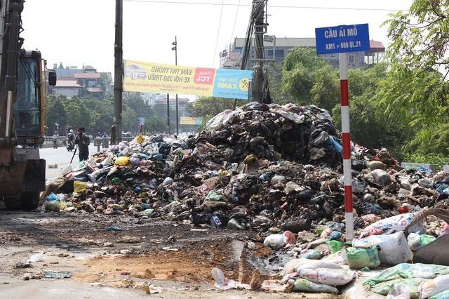 """""""Núi rác"""" ở Hà Nội được thu dọn sau 4 tháng ứ đọng - 10"""