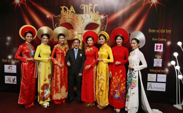 Dàn người mẫu, nhan sắc Đà thành tham gia phần trình diễn thời trang áo dài trong chương trình