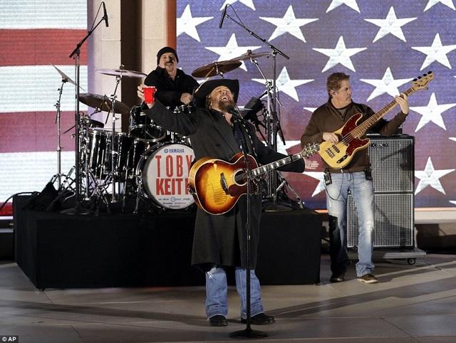 """Ca sĩ Toby Keith thể hiện nhạc phẩm đình đám gắn liền với tên tuổi anh - """"Made In America"""", sau đó là nhạc phẩm mang đậm tinh thần yêu nước - """"Courtesy Of The Red, White And Blue""""."""