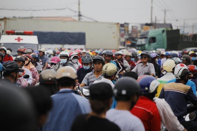Cửa ngõ Sài Gòn kẹt xe kinh hoàng gần 10 tiếng đồng hồ - 9