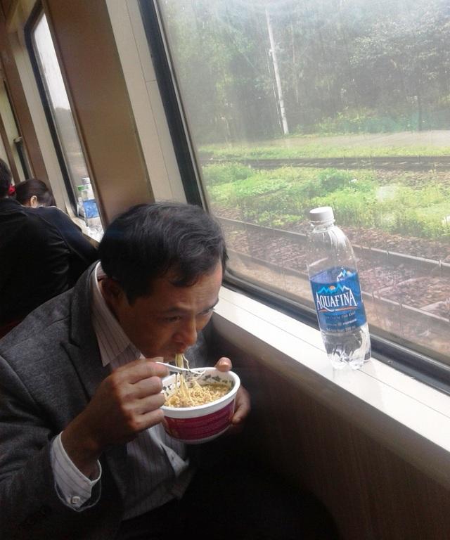 Mì ăn liền là lựa chọn của nhiều hành khách đi tàu ngày Tết