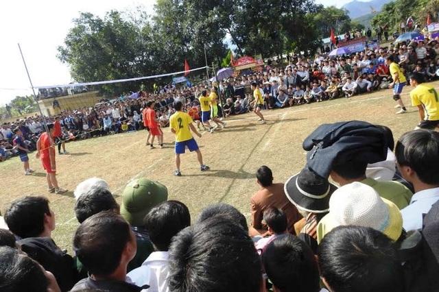 Các trò chơi dân gian thu hút đông người đến xem và tham gia.