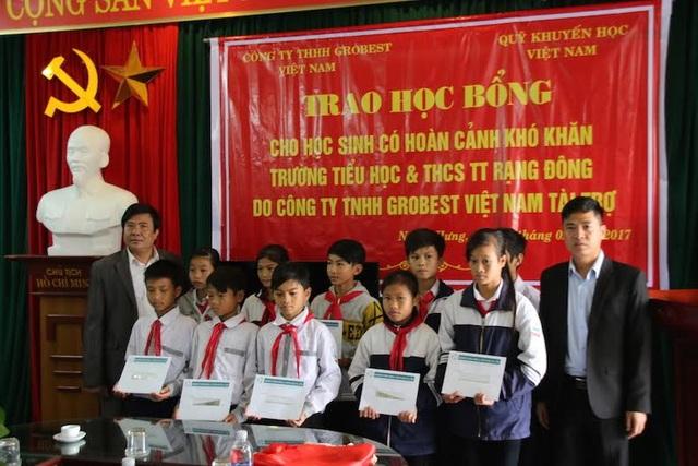 Các em trường Tiểu học và THCS thị trấn Rạng Đông, huyện Nghĩa Hưng nhận học bổng do công ty TNHH Grobest tài trợ.