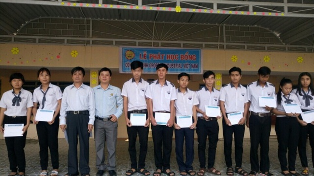 Sáng ngày 27/2, ông Nguyễn Việt Tiến - Trưởng đại diện Công ty Grobest Việt Nam trao 30 suất học bổng cho các em học sinh trường THPT Kiên Lương