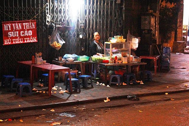 Vào buổi sáng, phố Hàng Buồm sạch tinh tươm nhưng đến đêm hàng quán lại bày bán, người đi bộ vẫn phải đi dưới lòng đường.
