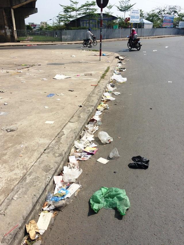 Còn đây là hình ảnh dưới dạ cầu Cái Răng - tuyến tránh dẫn vào tỉnh lộ 923 - cầu Cái Sơn cũng ngập rác hơn nửa tháng qua