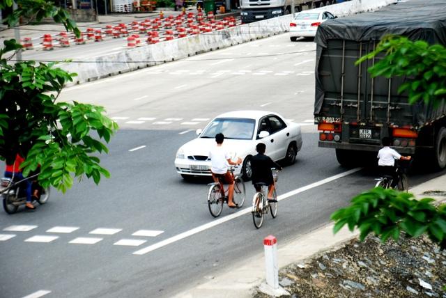Xe ô tô ngược chiều gây nguy hiểm cho người đi đường
