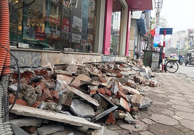 Lực lượng chức năng quận Đống Đa tổ chức phá dỡ lấn chiếm vỉa hè trên đường Tây Sơn