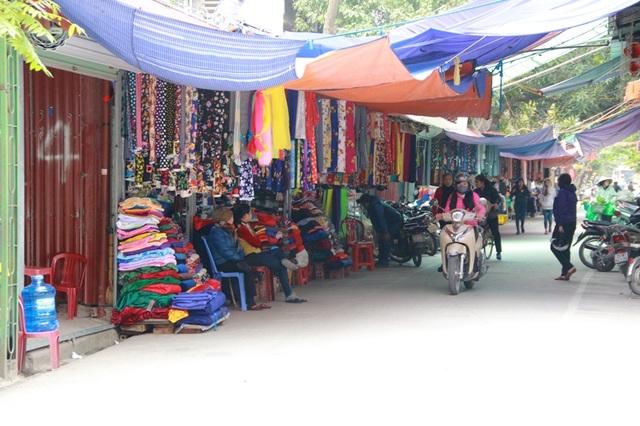 Cảnh mua bán nhộn nhịp diễn ra thường xuyên, mặc cho bên ngoài các lực lượng của thành phố Ninh Bình đang ra quân ráo riết đòi lại vỉa hè cho người đi bộ.
