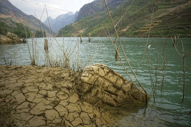 Khu vực thuộc bản Chuối, xã Xín Cái. Trước đây dòng sông nhỏ, chảy mạnh nay nhiều đoạn trở thành hồ khi có đập thủy điện.