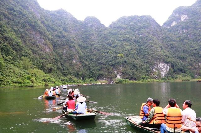 Du khách hòa mình vào làn nước trong xanh, mát lành ở Tràng An khi tham dự lễ hội.