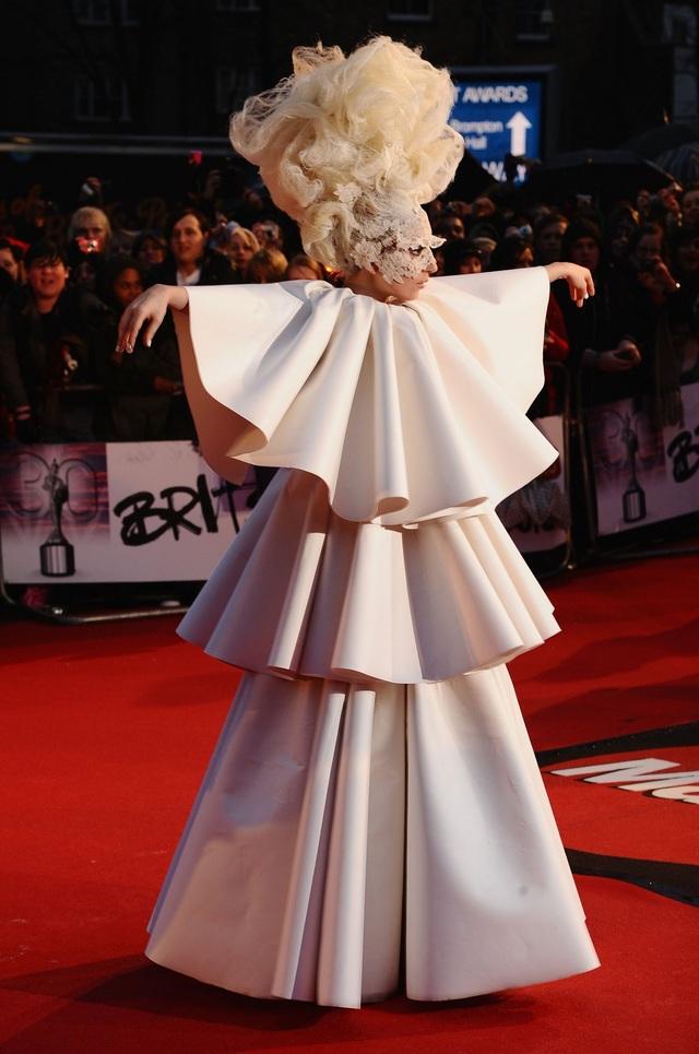 Mỗi khi Gaga xuất hiện tại sự kiện, mọi ống kính đều hướng về cô bởi chắc chắn nữ ca sĩ quái chiêu sẽ lại khiến truyền thông và công chúng bất ngờ bởi một lựa chọn thời trang gây sửng sốt.