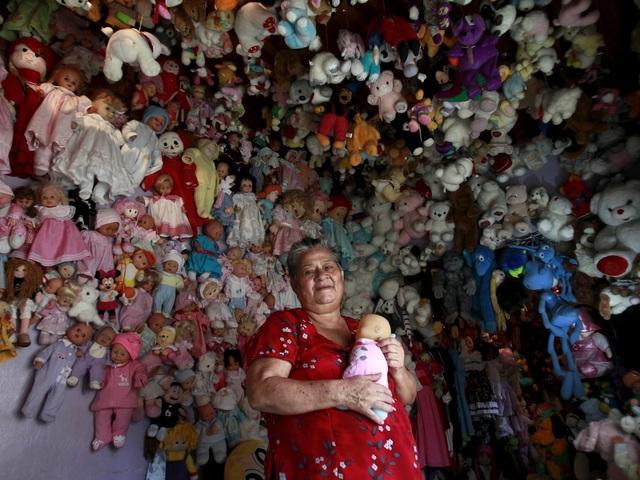 Bà Andrea Rojas sống ở thành phố Heredia, Costa Rica cũng có sở thích sưu tập búp bê, dù vậy, bà không cụ thể sưu tập búp bê thuộc một phong cách nào. Bà có hơn 4.500 búp bê đa dạng.