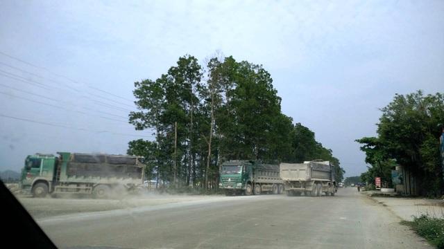 Những tập đoàn xe quá tải nối đuôi nhau tung hoành trên đường tỉnh lộ ở Ninh Bình.