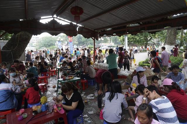 Khu vực hàng quán phục vụ đồ ăn, người ngồi la liệt, phục vụ liên tục và rác thì ở khắp mọi nơi.