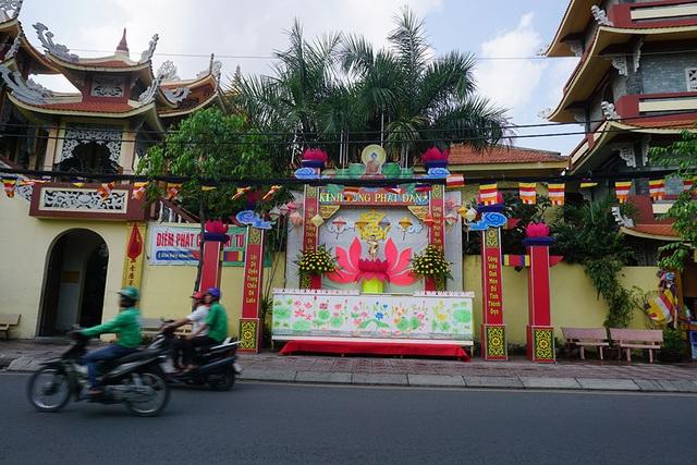 Sài Gòn rực rỡ cờ hoa đón mừng đại lễ Phật đản - 9