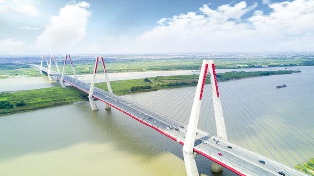 Cầu Nhật Tân được xây dựng với tổng mức đầu tư hơn 13.626 tỷ đồng, nằm trong dự án 7 cầu bắc qua sông Hồng đoạn Hà Nội, nối quận Tây Hồ với huyện Đông Anh.