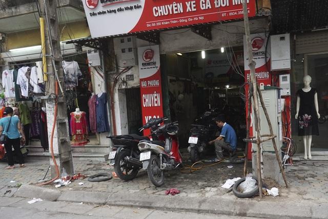 Vỉa hè trở thành xưởng của một cửa hàng sửa chữa xe trên phố Khâm Thiên.