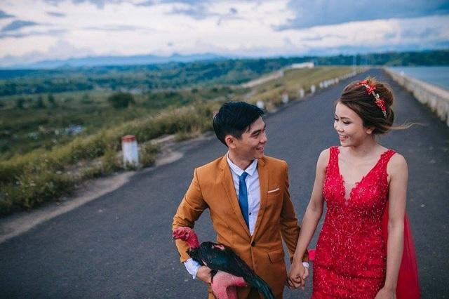 Bộ ảnh cưới độc đáo này là của cặp đôi Phú Yên là Lương Tường Duy (sinh năm 1991) và cô dâu là Huỳnh Thị Ý Chung (sinh năm 1993).