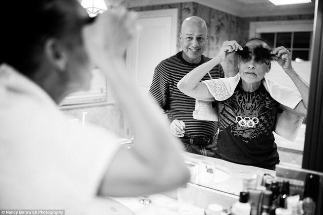 Cặp đôi đã gắn bó với nhau trong 34 năm. Trong ảnh, bà laurel đang tỏ ra hài hước với những lọn tóc của mình sau khi ông Howie giúp bà cạo đầu.