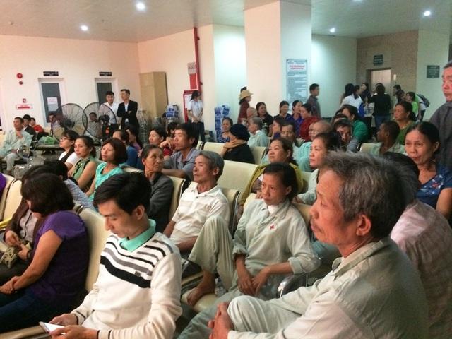 Nhiều bệnh nhân say sưa theo dõi chương trình