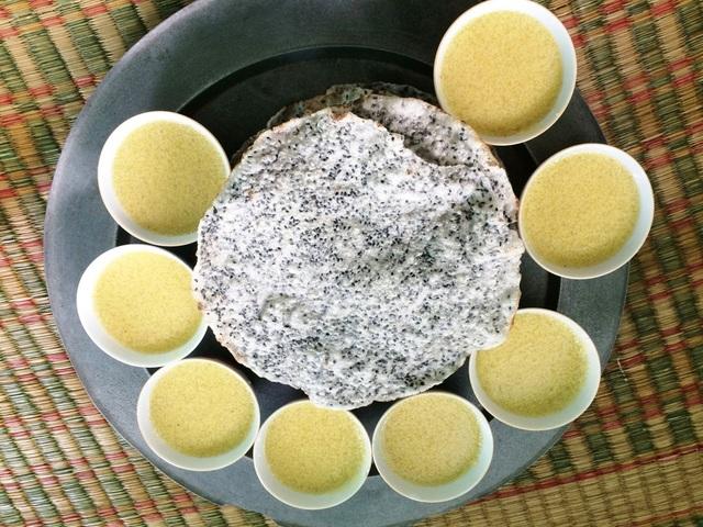 Chè kê ăn cùng với bánh tráng món ăn quen thuộc của người Huế trong dịp tết Đoan Ngọ