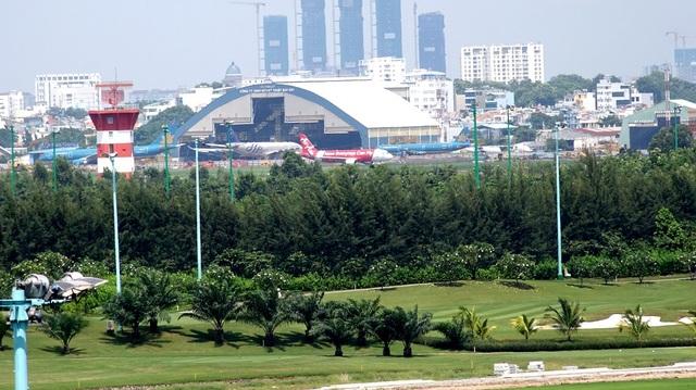 Phía bên kia hàng cây là khu vực hoạt động của máy bay.
