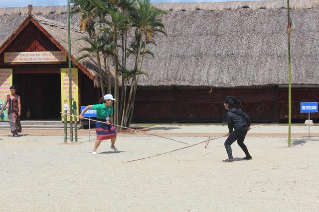 Các chàng trai cô gái Cơtu, Raglai và Gia rai chơi trò chơi ném vòng - một trò chơi rất lâu đời của đồng bào Cơtu