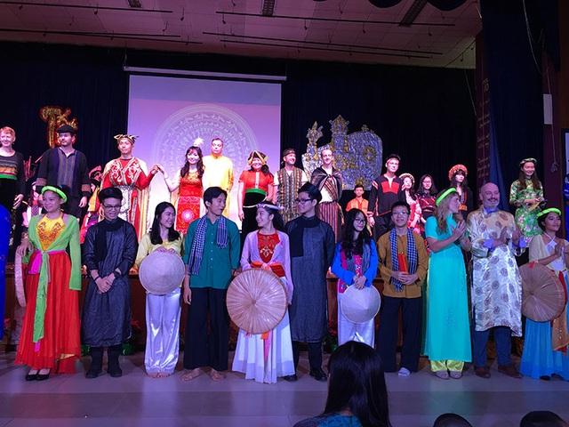 Châu tham gia các hoạt động văn hóa do nhà trường tổ chức