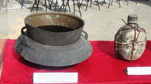 Nồi đồng và bình đông đựng nước của các mẹ sử dụng trong thời kháng chiến