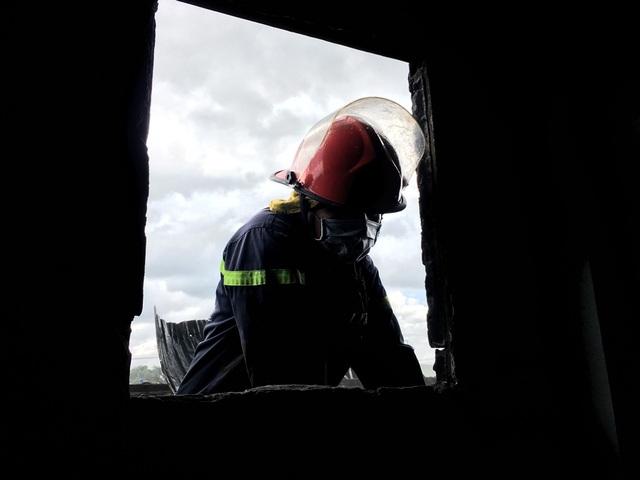 """Đây là khung cửa sổ nhà chị Hồng Thu bị hư hại do phải đập để mở đường dập lửa. """"Hừng sáng có người đập cửa nhà la cháy cháy, tôi chỉ kịp gọi người thân và lấy mấy thứ cần thiết…"""" - 2 tay chấp trước ngực, chị Thu kể lại mà nghẹn từng lời..."""
