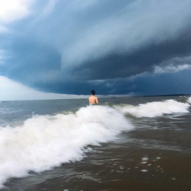 """Ảnh chụp cùng """"đám mây lạ"""" ở bãi biển Sầm Sơn thu hút sự quan tâm trên mạng xã hội - 10"""