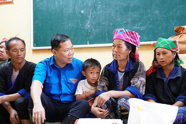 Anh Nguyễn Phi Long, Bí thư BCH Trung ương Đoàn, Chủ tịch Trung ương Hội LHTN Việt Nam chia sẻ với những mất mát của bà con nhân dân xã Kim Nọi, huyện Mù Cang Chải, tỉnh Yên Bái.